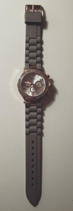 LIKE & SHARE !!! Like, deel en comment op deze post en maak kans op dit mooie rosé gouden horloge met grijze band. OP TI...